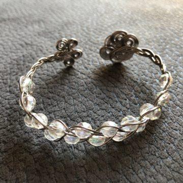 Flechtarmband zierlich Platin mit transparenten irisierenden Perlen