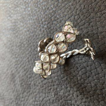 Flechtarmband zierlich Platin mit transparenten irisierenden Perlen Detail